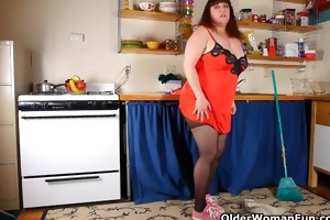 overweight mom in pantyhose rubs snatch with dish
