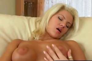 sexy golden-haired milf cums hard
