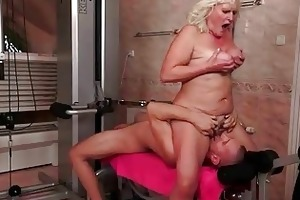 old bitch gets drilled hard in the gym