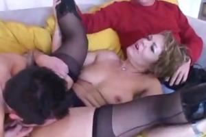 exclusif - femme cougar se tape un jeune devant